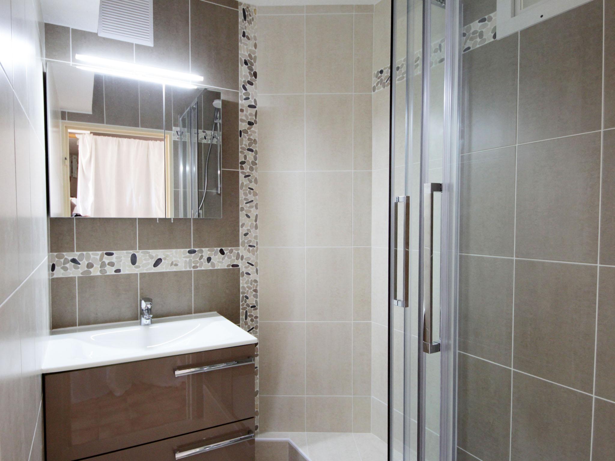 Travaux de renovation d 39 interieur cuisine salle de for Peinture carrelage salle de bains